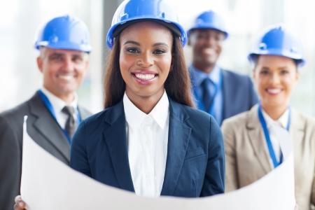 gelukkig African American vrouwelijke architect met team Stockfoto