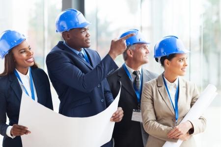 succesvolle bouw team bespreken architecturaal project