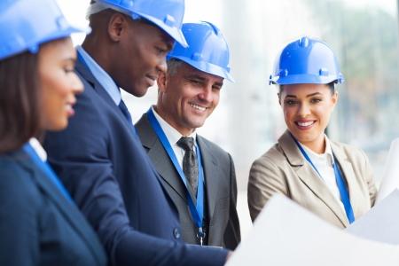 팀과 함께 일하는 전문 고위 건설 관리자