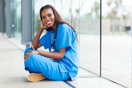 uniformes de oficina: retrato de afro american trabajador de la salud en un hospital Foto de archivo