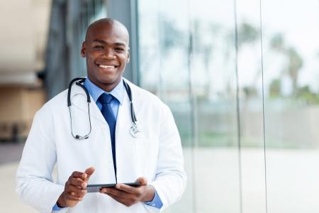 männchen: Happy African männlichen Arzt mit Tablet-Computer
