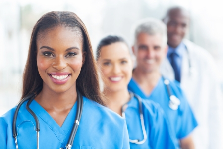 groep van tevreden werknemers in de gezondheidszorg line-up Stockfoto