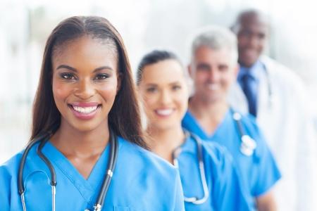 pielęgniarki: grupa szczęśliwych zdrowia pracowników w kolejce