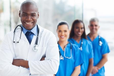 grupo de médicos: seguro médico africano y sus colegas retrato en el hospital