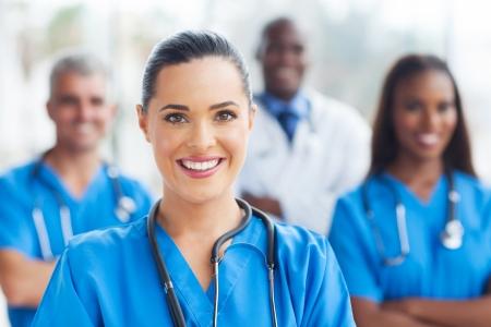 enfermeros: hermosa enfermera m�dica y sus colegas en el hospital Foto de archivo