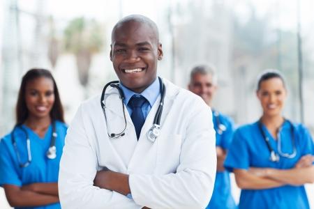 African American: apuesto africano m�dico americano con sus colegas