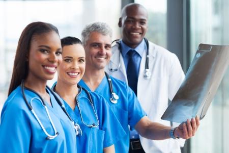 medical people: grupo de profesionales de los trabajadores m�dicos a trabajar juntos Foto de archivo