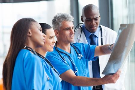 患者さんの x 線で見ている医者のグループ