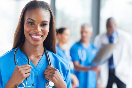 pielęgniarki: piękne african medyczny pielęgniarka patrząc na kamery Zdjęcie Seryjne