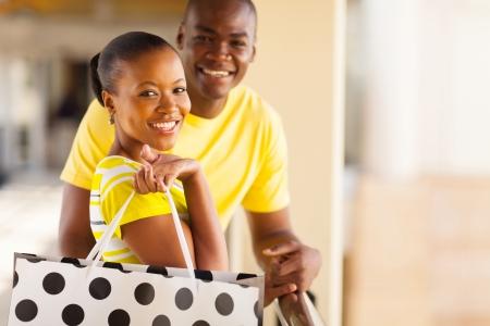 parejas de amor: hermosa joven pareja africana con bolsa de la compra