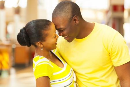 couple afro americain: Portrait de l'African American couple flirtant Banque d'images