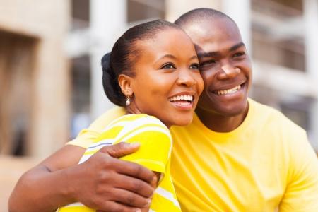 africanas: joven feliz del afroamericano pareja al aire libre mirando a otro lado