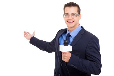 reportero: apuesto periodista que informaba de noticias aislado en blanco Foto de archivo