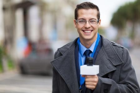 reportero: periodista exitoso trabajo en un fr�o clima al aire libre