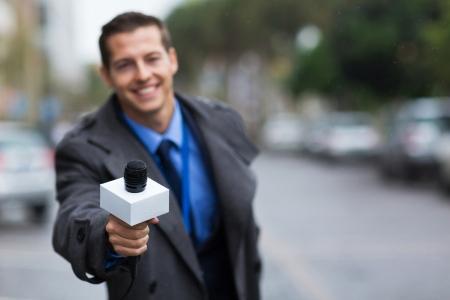 Près portrait de jeune journaliste donnant microphone Banque d'images - 23452236