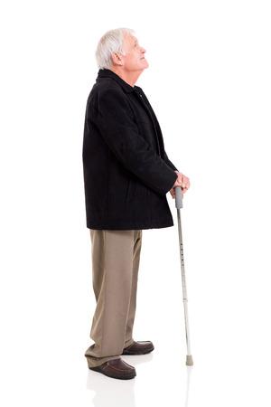 zijaanzicht van senior man kijkt omhoog geïsoleerd op wit