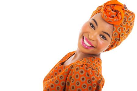 mujeres africanas: linda mujer africana posando sobre fondo blanco
