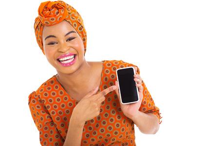 mujeres africanas: retrato de african chica apuntando al tel�fono inteligente en el fondo blanco