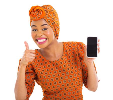 mujeres africanas: alegre niña africana que sostiene el teléfono celular y dando el pulgar arriba