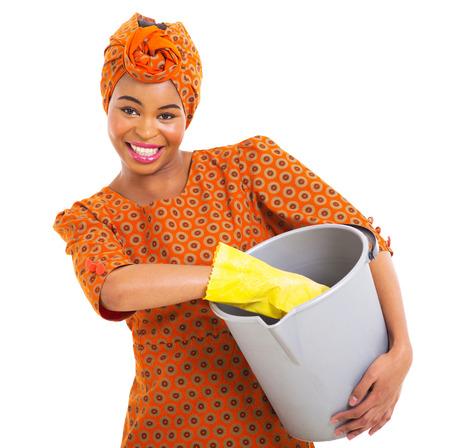 empleadas domesticas: hermosa mujer africana con herramientas de limpieza aislados en blanco Foto de archivo