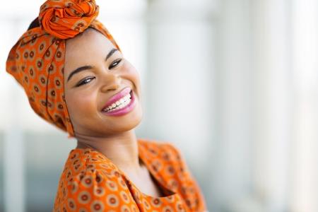 heureuse femme africaine portant des vêtements traditionnels