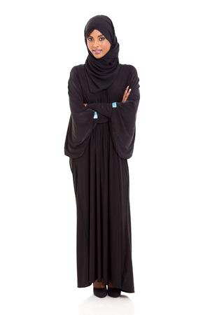 fille arabe: femme arabe attrayant avec les bras croisés