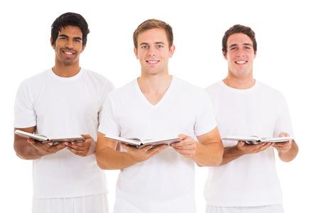 hymnal: tre giovani uomini che cantano dalla chiesa hymnal isolato su bianco