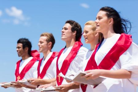 야외에서 노래하는 젊은 교회 성가대 스톡 콘텐츠