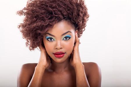 modelos negras: americana mujer joven y atractiva mujer africana con maquillaje