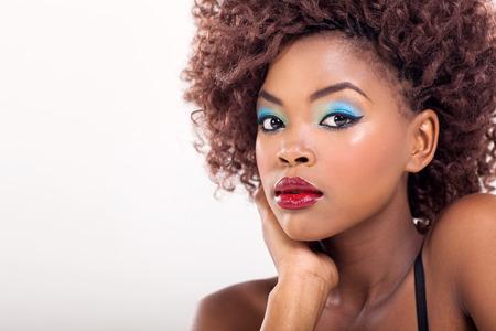 modelos posando: mujer afroamericana bonita con maquillaje de belleza Foto de archivo