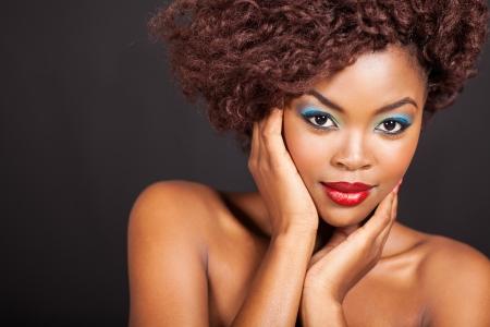 modelos negras: bella modelo africano hembra en negro