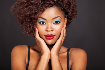 アフロアメリカン: カラフルなメイクとアフロ アメリカ人女性の肖像画
