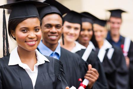 Grupo de graduados universitarios multiculturales pie en una fila Foto de archivo - 26487368
