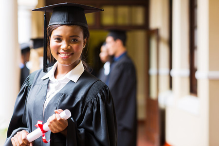 slimme vrouwelijke Afrikaanse academicus over afstuderen dag