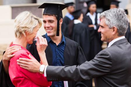 stolze Mutter mit Tränen der Freude bei Abschluss ihres Sohnes