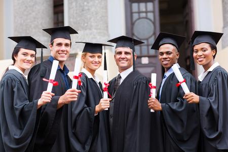 ceremonia: grupo de jóvenes graduados universitarios y profesor de la graduación