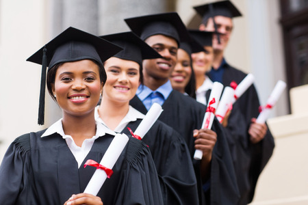 graduacion de universidad: feliz grupo de graduados universitarios en la ceremonia de graduación Foto de archivo