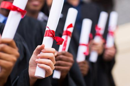 졸업장을 들고 다민족 졸업생의 그룹 스톡 콘텐츠