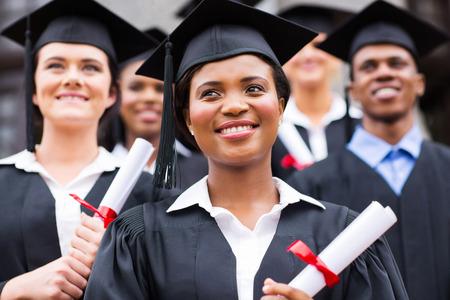 楽観的な若い大学の卒業式で卒業生します。