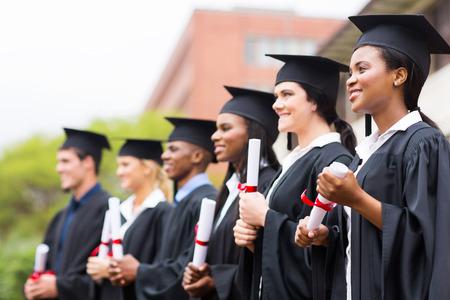 groupe de l'université multiraciale diplômés lors de la cérémonie de remise des diplômes