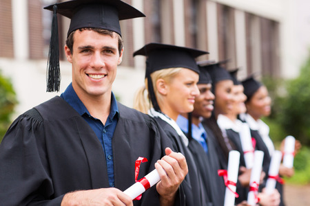 onderwijs: portret van vrolijke groep afgestudeerden bij het afstuderen