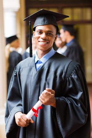 graduacion de universidad: apuesto graduado hombre afro americano el día de graduación
