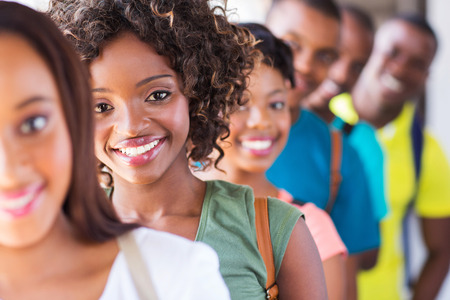 afroamericanas: grupo de estudiantes universitarios atractivos del afroamericano en campus Foto de archivo