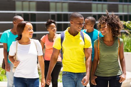 キャンパスで一緒に歩いて幸せなアフリカ系アメリカ人大学生