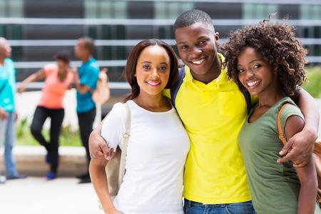 adult learners: retrato de amigos de la universidad africanos juntos en el campus Foto de archivo