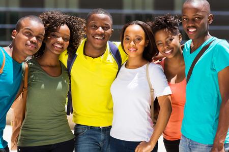 grupo de amigos de la universidad feliz africano Foto de archivo