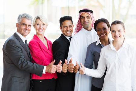 親指をあきらめて多民族ビジネスの成功チームのグループ