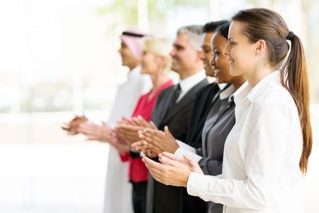 manos aplaudiendo: grupo de socios de negocios multiculturales aplaudiendo