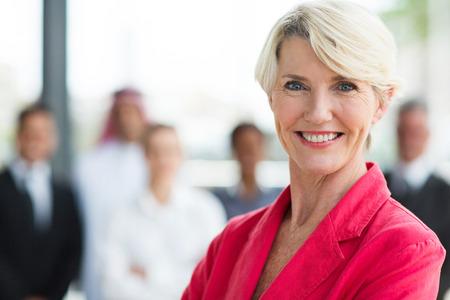 Happy Senior Geschäftsfrau schaut in die Kamera Standard-Bild - 26907047