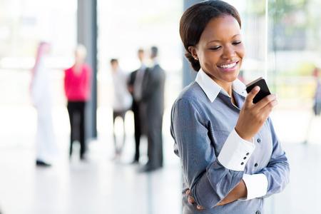 profesionistas: feliz africano mujer de carrera americana con teléfono celular